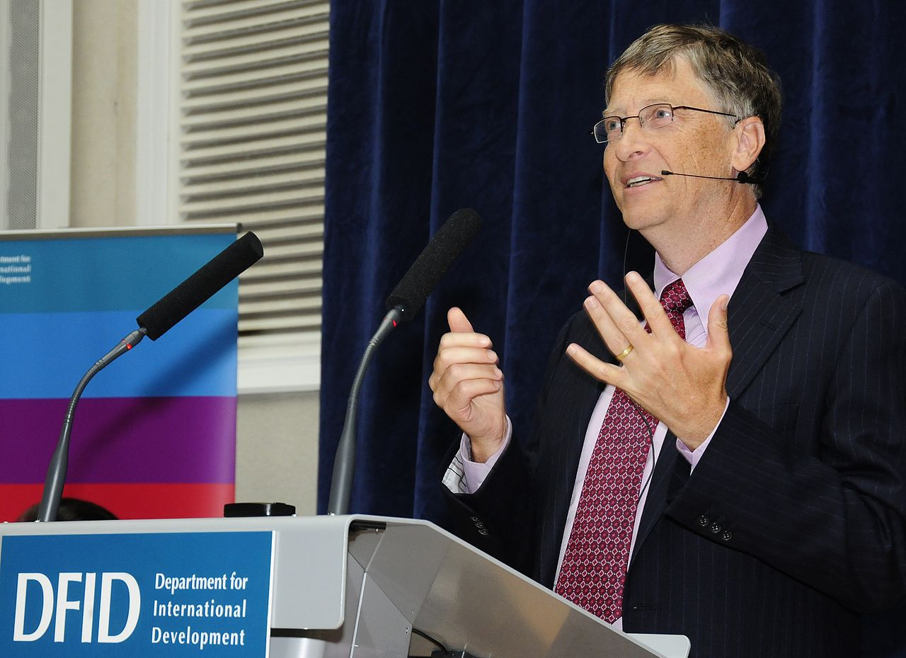Bill Gates speaking at DFID (5093072151) - La Filantropía: Cuando ayudar a otros nos ayuda también a nosotros