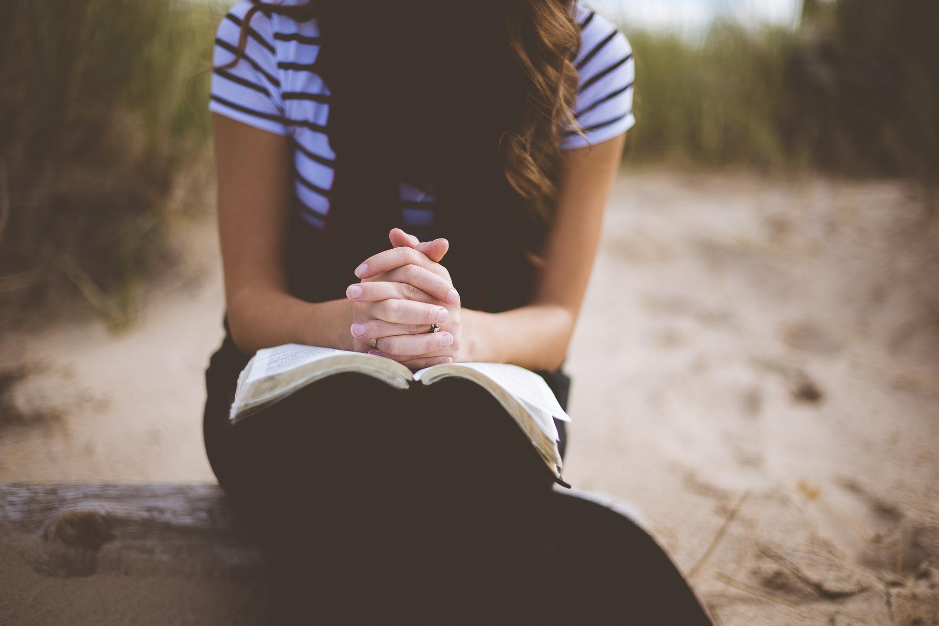 beach 1868772 1920 - Orar y rezar a Dios