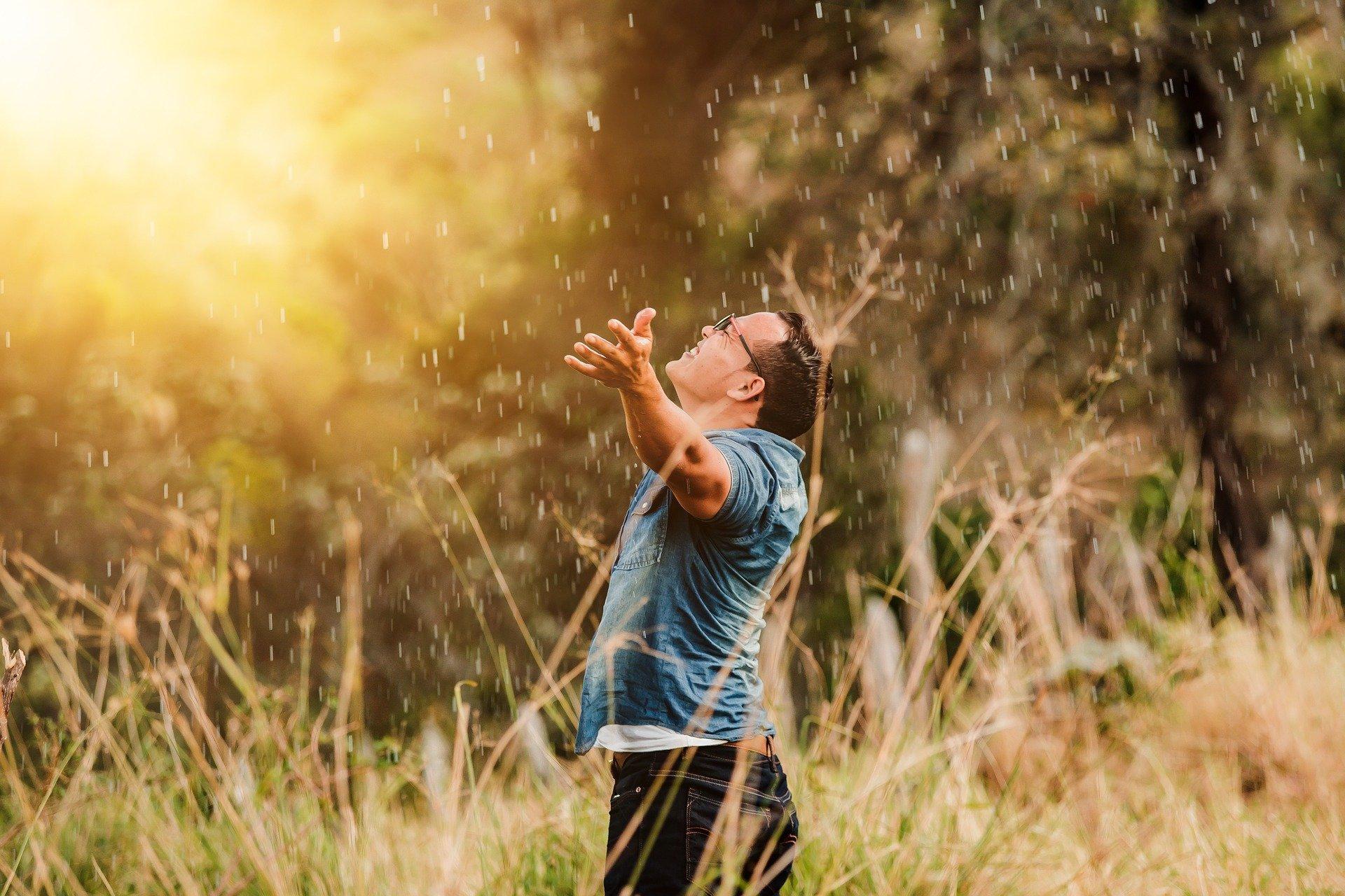 worship 4088561 1920 - 6 Pasos de Crecimiento Personal para transformar tu vida